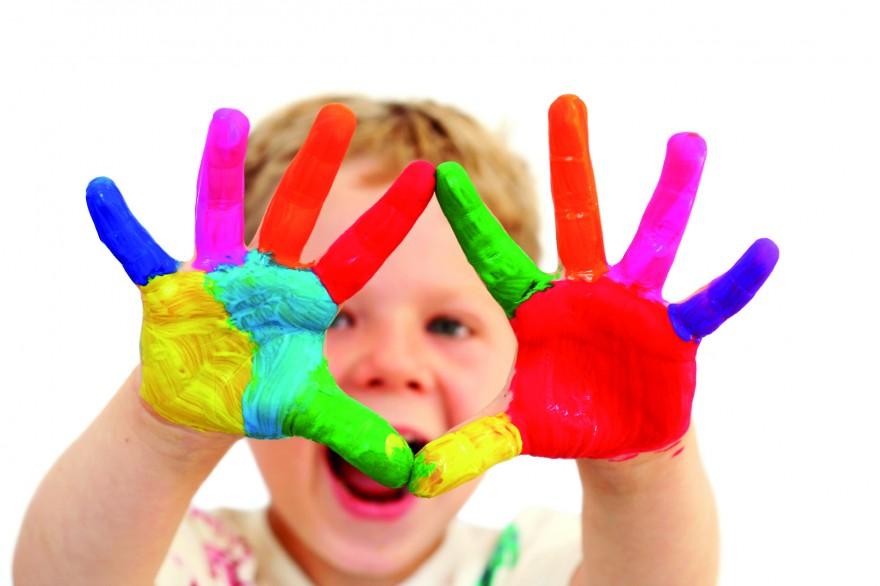 Bilde av barn med fargede hender