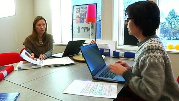 Bilde av två studenter ved samisk høgskole.