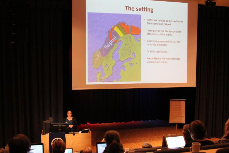 Lia Markelin viser kart over Sápmi.