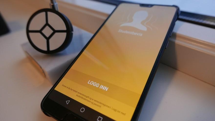 Bilde av telefon med studenbevis app