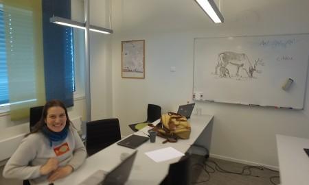 Bilde av Ellen Oddveig Hætta i litet klasserom
