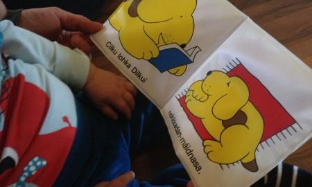 Barn leser barnebok på samisk